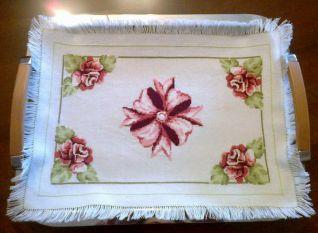 Copri vassoio con rose e ciocca centrale