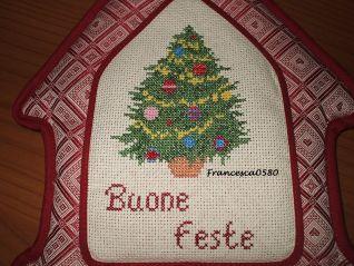 Casetta DMC ricamata Buone feste - particolare