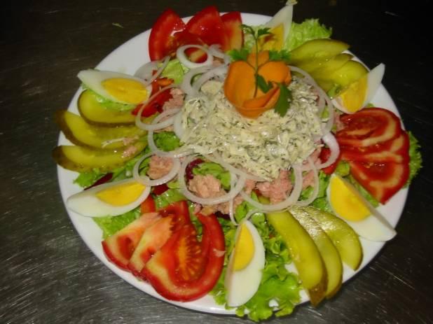 Insalata con pomodori, peperoni e cetrioli senza glutine