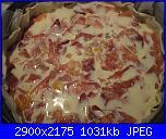 Torta salata ai porri e prosciutto crudo-versato-uova-jpg